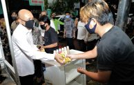 Menteri Teten Masduki Bagikan Masker Kain Untuk Semua Buat Pedagang Asongan