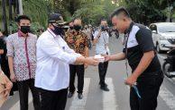 Ajak Pelaku UMKM dan Masyarakat Taat Protokol Kesehatan, Sekretaris Kemenkop dan UKM Bagikan Masker Gratis